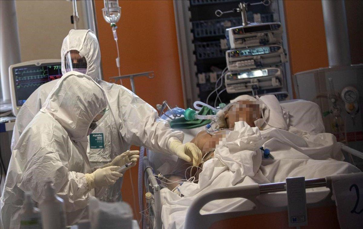 Médicos y enfermeros tratan de salvar la vida a los ingresados en las ucis.