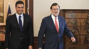 El presidente del Gobierno, Marinao Rajoy,y el líder del PSOE, Pedro Sánchez, en una reunión en el Congreso en agosto del 2016.