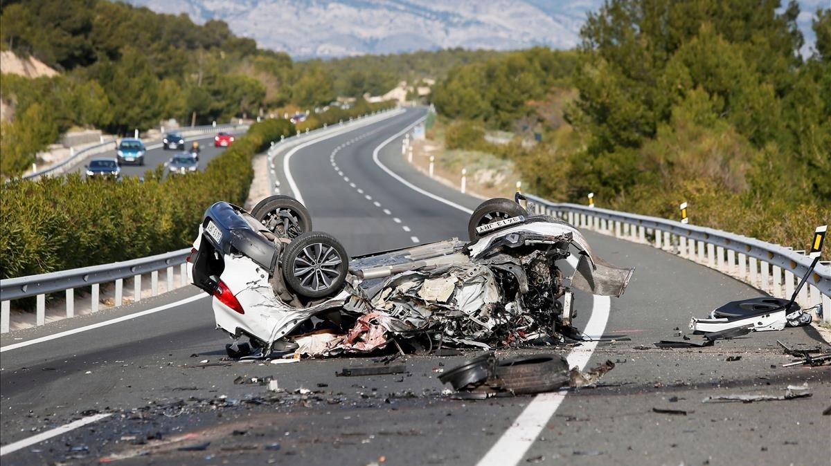 Uno los vehículos implicados en un accidente causado por un kamikazeenla A-7 a la altura de la localidad alicantina de Tibi, el pasado 19 de diciembre.
