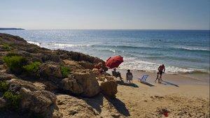 Unos bañistasen la playa dels Capellans de Salou, donde se ha ahogado un hombre de 70 años este viernes.