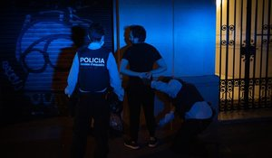 Unos mossos detienen a un hombre que se saltó el toque de queda y se dio a la fuga la noche de este sábado, en Barcelona.