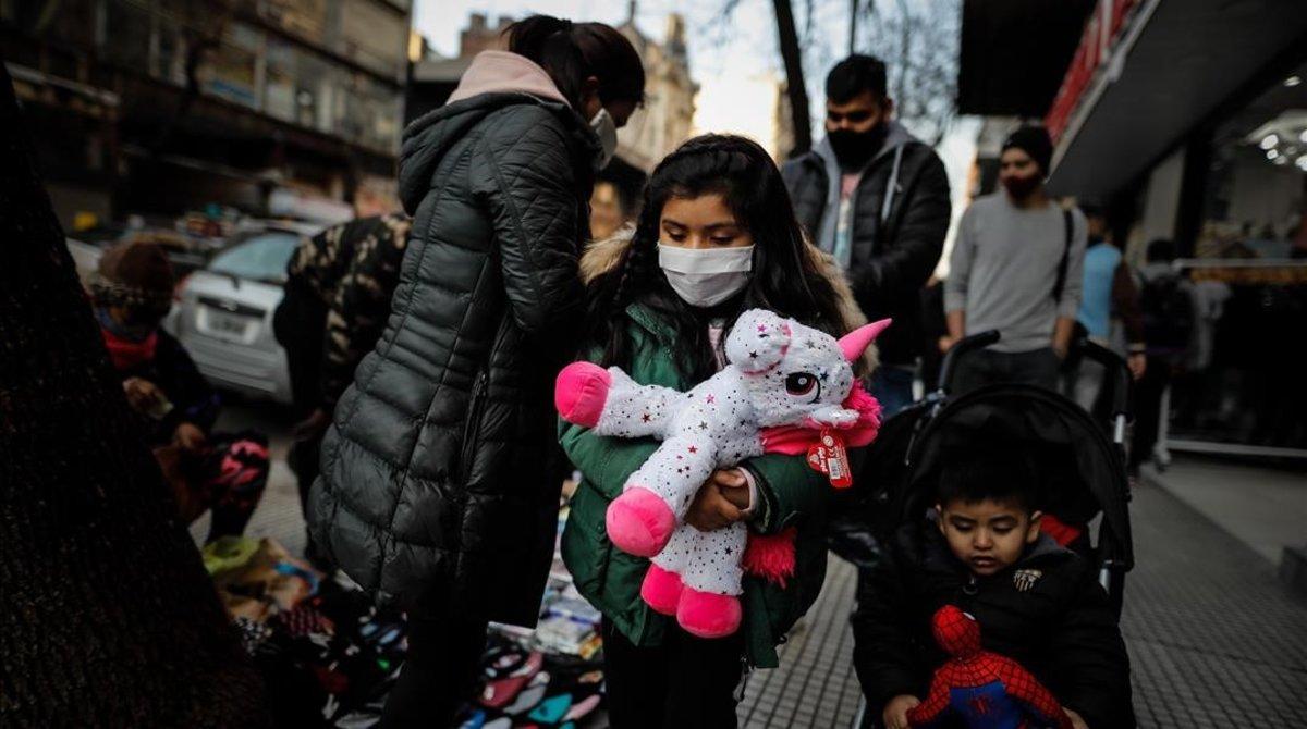 Unos niños caminan por una calle en el barrio de Once de Buenos Aires.
