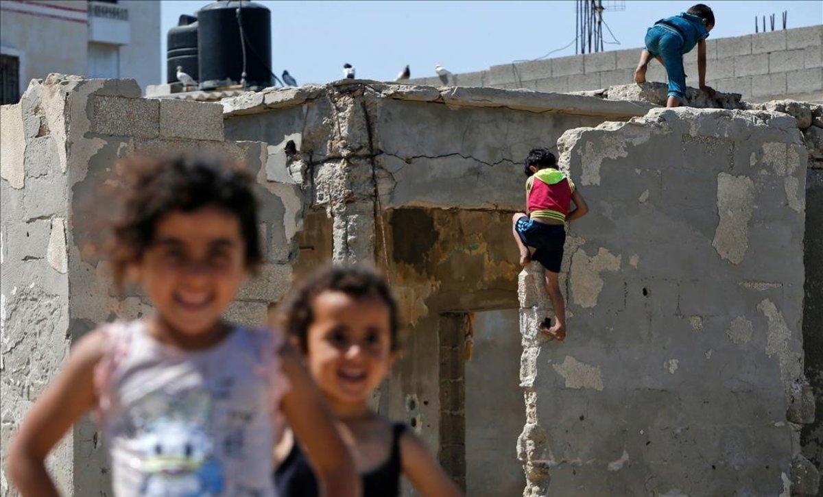 Unos niños palestinos juegan cerca de su casa en la franja de Gaza, el pasado 15 de mayo.