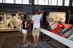 Unos visitantes recorren la muestra 'Born. Memòries d'un mercat'.