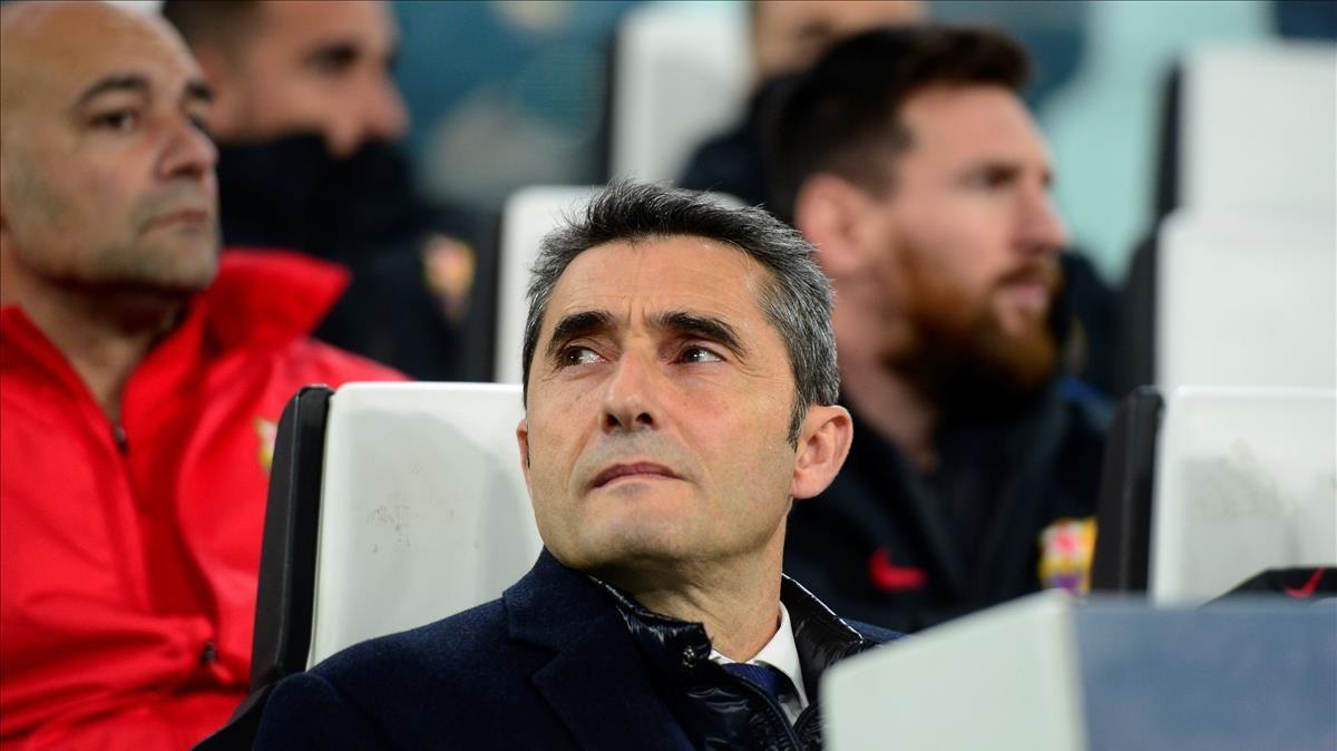 Valverde, con Messi detrás en el banquillo, en el campo de la Juventus.