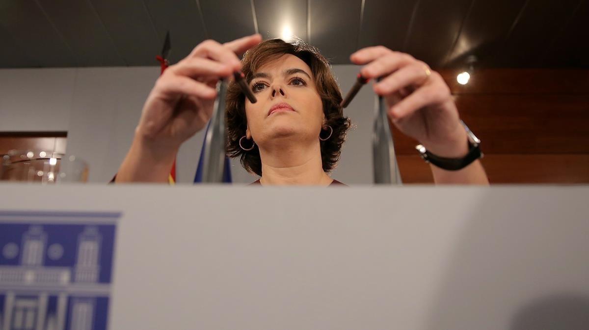 La vicepresidenta del Gobierno, Soraya Sáenz de Santamaría, en la comparecencia tras el pleno de la DUI.