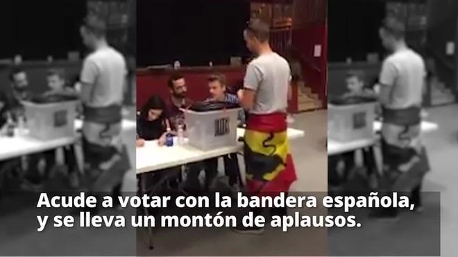Vídeo viral de un joven votando con la bandera española, que se lleva un montón de aplausos.