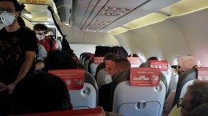 Vista del interior de la cabina del avión del vuelo de Iberia Express del domingo 10 de mayo entre Madrid y Gran Canaria, cuyos pasajeros se quejaron de que iba prácticamente lleno.