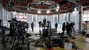 Vista del plató donde se celebrará el debate electoralen el Pabellón de Cristal de la Casa de Campode Madrid este lunes.