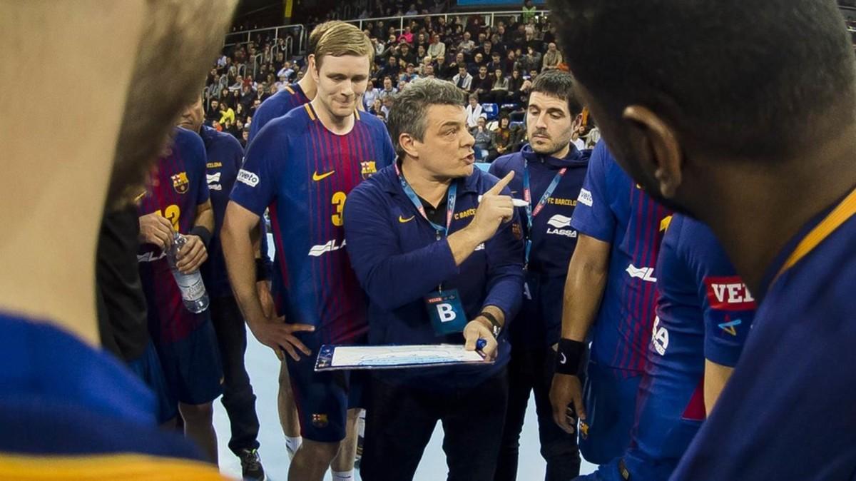 Xavi Pascual da instrucciones a sus jugadores en un partido.