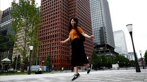 Yumi Ishikawa salta con sus zapatillas en una calle de Tokyo.