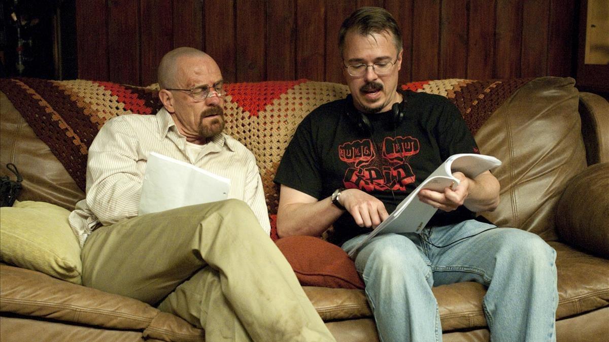 Bryan Cranston y Vince Gilligan (derecha), protagonista y autor de Breaking Bad, repasan el guion de la serie en un descanso del rodaje