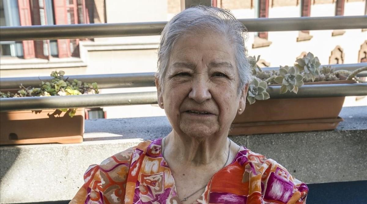 Mercedes Catalá, hace unos días en la terraza de la residencia en la que vive en Barcelona.