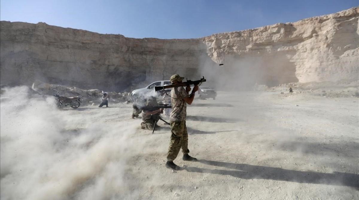 Un combatiente del Ejército Libre Sirio en un ejercicio tras graduarse.