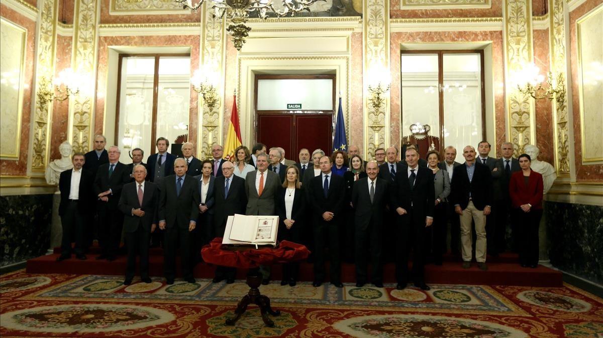 Méndez de Vigo, Ana Pastor, García-Escudero y Miquel Roca en el acto posan ante el ejemplar de la Constitución sancionada por el rey Juan Carlos en 1978, en el Congreso.