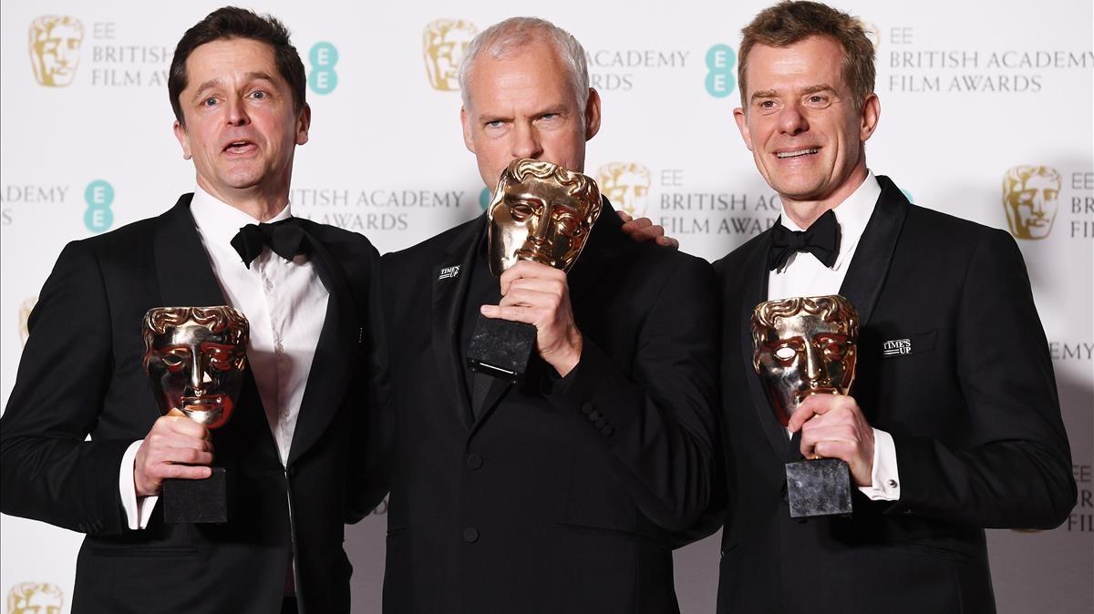 El director de Tres anuncios en las afueras, Martin McDonagh (en el centro) posa con el galardón a la Mejor Película junto conPete Czernin (izquierda) yGrahm Broadbent, productores del filme.