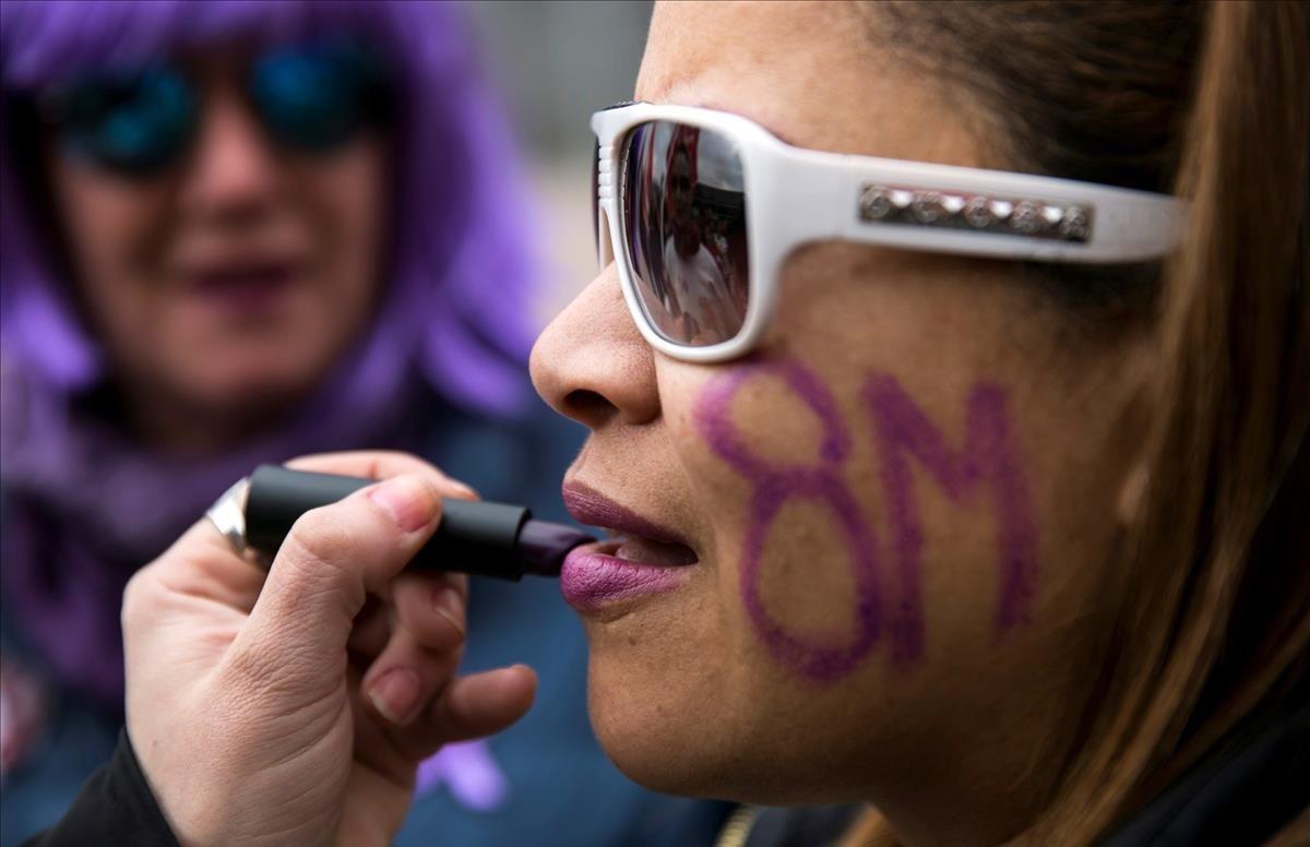 Un grupo de trabajadoras participan en una concentracion durante la huelga feminista convocada hoy con motivo del Dia de la Mujer en el intercambiador de Principe Pio en Madrid