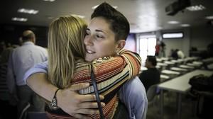 Laura Ràfols saluda a sus familiares el día de su despedida.