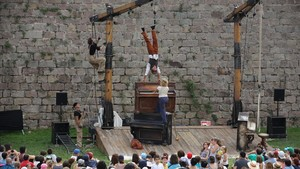 La actuación de los belgasD'Irque & Fiend, este domingo en el castillo de Montjuïc.