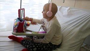 Judith, una niña afectada de leucemia, sigue la clase a través de Skype desde el Hospital Sant de Déu.