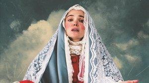 Ana Rujas, actriz y coautora de La mujer más fea del mundo, en el cartel de la obraposando como una virgen.