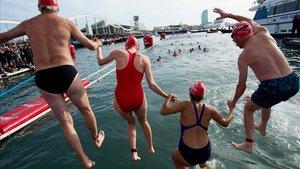 Més de 400 nedadors desafien les fredes aigües de Barcelona a la Copa Nadal