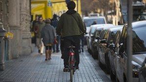 Un ciclista, el martes, en la acera de la Rambla de Catalunya.