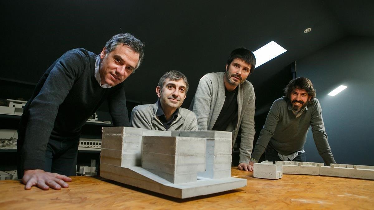 Josep Ricart, Xavier Ros, Roger Tudó yDavid Lorente, con las maquetas de las dos obras que optan al premio Mies.