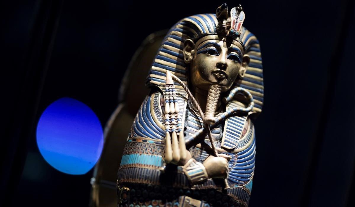 Una estatuilla de Tuntankamón, en la muestra de París.