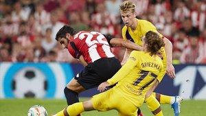 Griezmann pelea por la pelota en el primer partido de Liga contra el Athletic.