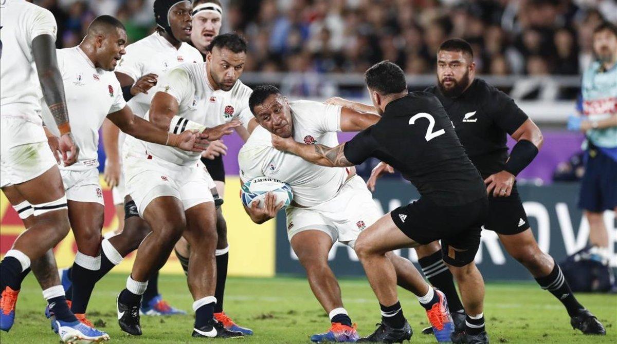 El inglés Mako Bunipora avanza con el balón en un lance de la semifinal frente a Nueva Zelanda.