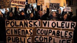 Protesta contra Polanski, ante el cine Le Champo, en París, este martes.