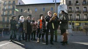 Miembros de la plataforma, este martes en la plaza de Sant Miquel.