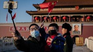 Un padre y su hijo se toman un selfi en la plaza de Tiananmen, ayer, en Pekín, en plena celebración del Año Nuevo chino.