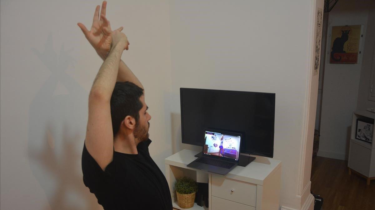 Un alumno doméstico sigue la clase de zumba de Carlos Palacios por las redes.