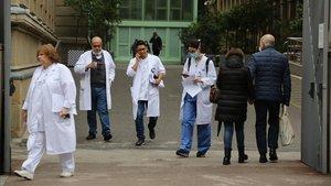 Alrededores del Hospital Clínic de Barcelona, este martes.