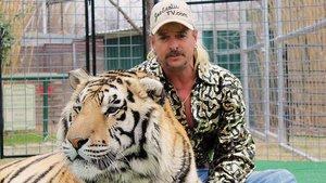Joe Exotic junto a unos de sus más de 200 tigres, antes de su chaladura final.