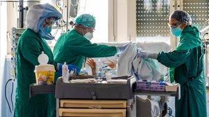Un equipo de sanitarios atiende a un paciente covid-19 ingresado en una unidad de cuidados intensivos,en un hospital de Roma.