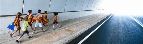 Un grup de nens es dirigeixen cap a la Via Catalana al seu pas per Pontós (Alt Empordà).