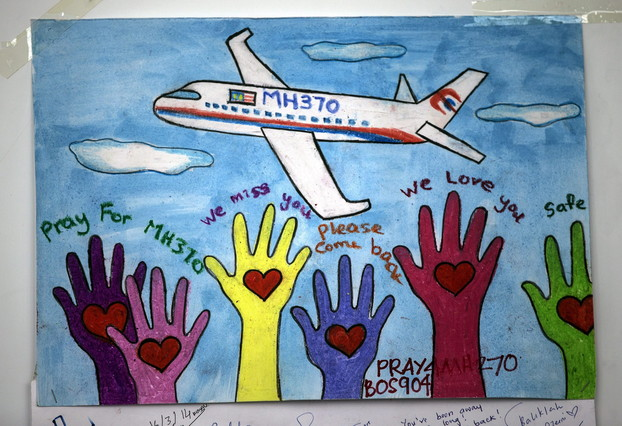Un dibujo en apoyo a los pasajeros del avión de Malaysia Airlines, este martes en el aeropuerto de Kuala Lumpur.