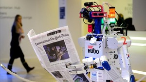 Robot leyendo un periódico en el foro de Davos este viernes.
