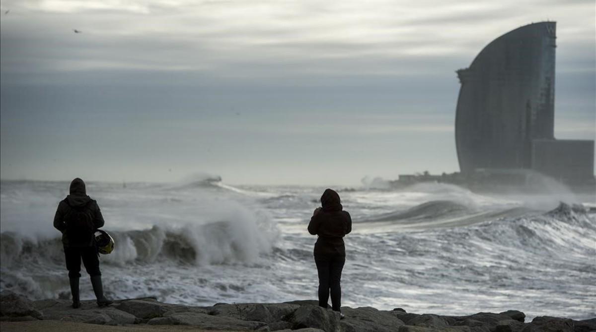 El mar se está tragando cada vez más rápido la arena del litoral barcelonés