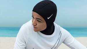 La patinadora Zahra Lari, con el yihab de Nike.