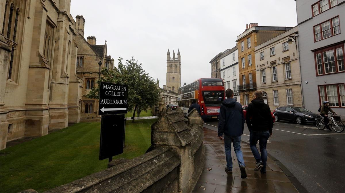 Paseantes en los alrededores de la Universidad de Oxford, donde suceden varios episodios de la novela.