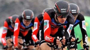 Los corredores del equipo estadounidense BMC durante la CRE de Calpe.