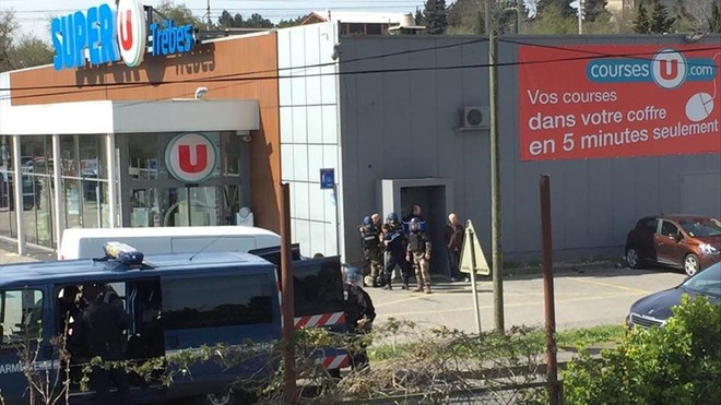 Policías frente al supermercado.