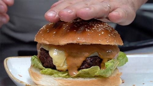 Aprende a preparar una hamburguesa de 10 con Paco Pérez