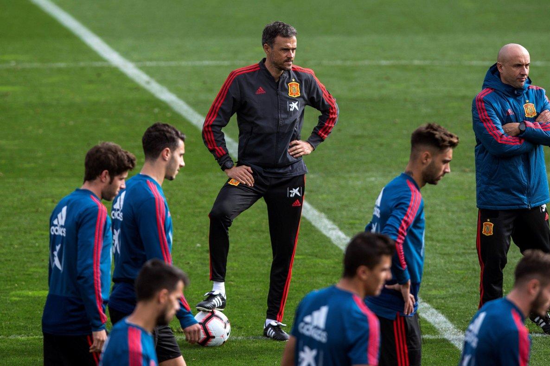 El seleccionador Luis Enrique, en el centro, durante el entrenamiento de la selección española.