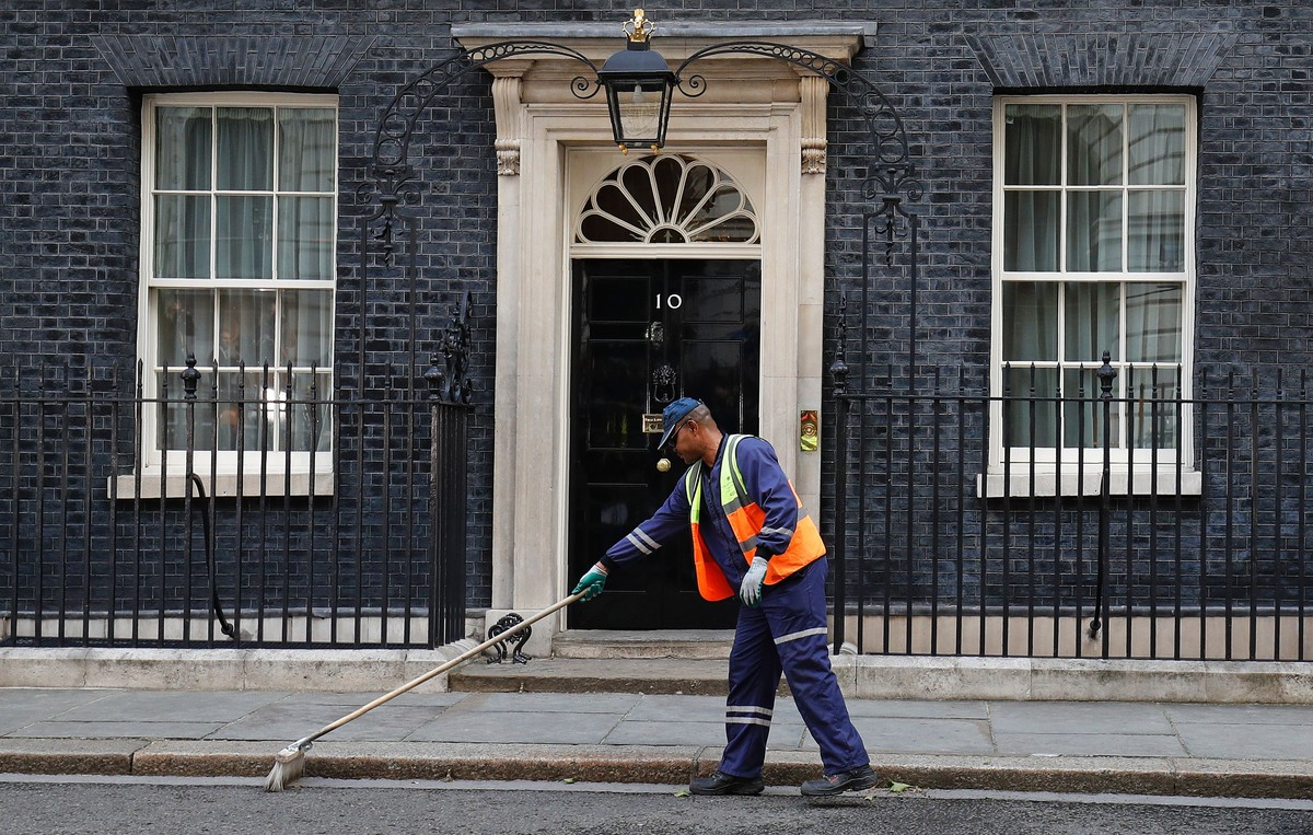 Preparativos ante Downing Street para la comparecencia de May.