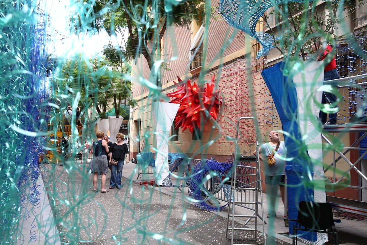 Los vecinos de la calle Joan Blanques ultiman el decorado.